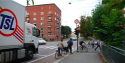 Mange sykler og biler i veikryss. Litt kaotisk.