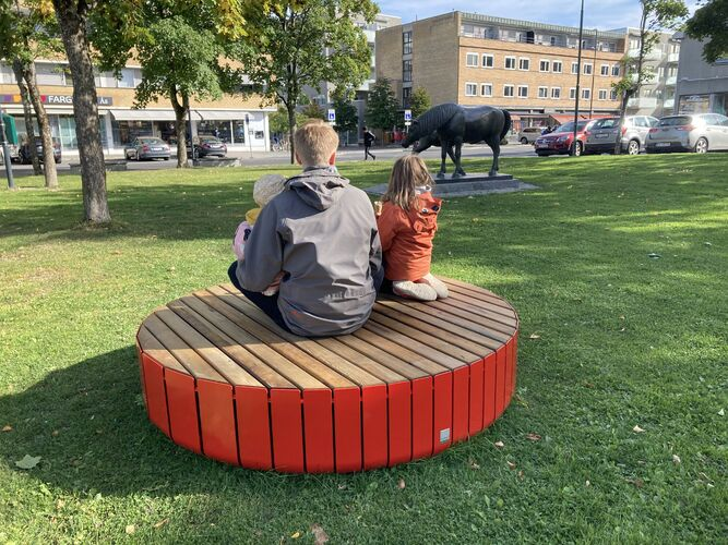 Innbyggertorget - rund, rød benk