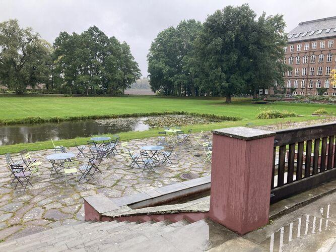 NMBU foran Urbygningen med utsikt over vannspeil og fylkesveien