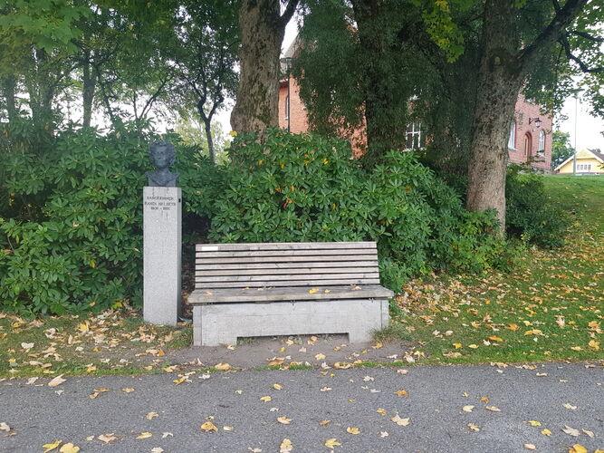 Rådhusparken, ved Randi Helseth-statuen