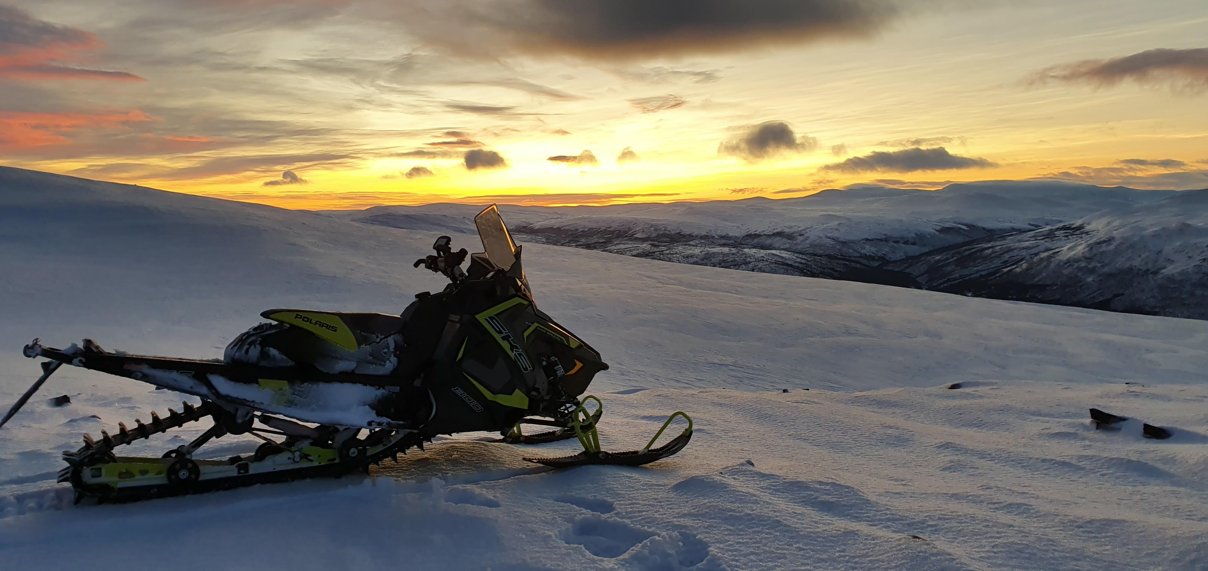 Snøskuter i solnedgang