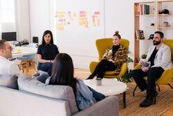 Det er gjennom samtaler og ulike perspektiv man kan se ting fra ulike vinkler og som bidrar til innovasjon og nyskaping, skriver Glenn Hole. Foto: You X Ventures / Unsplash
