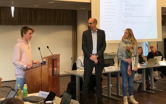 Just Holck Hauglien og Marte Amundstad mottar Miljøvernprisen for barn og unge i 2019 til Ås ungdomsskole.