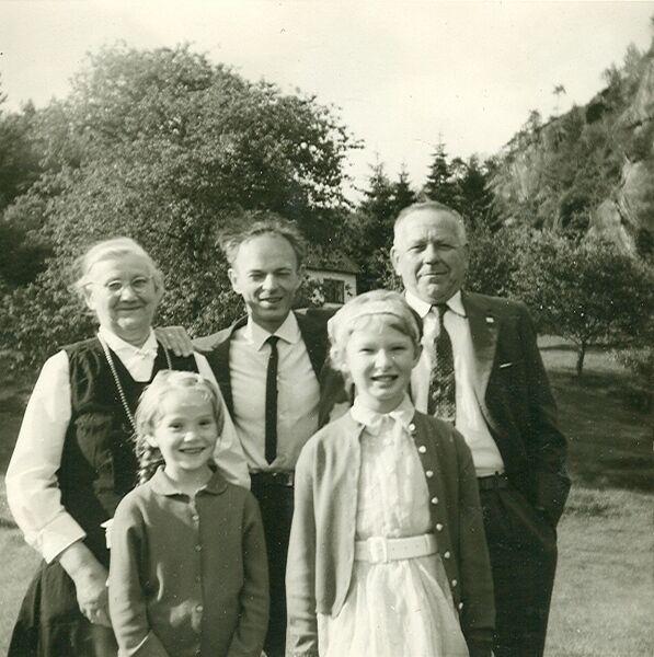Albertine Røen, Ingunn, Bjarne og Gerd Inger Hetlevik, feriegjester frå Haugesund og Tornelius Røen nedanfor huset i Bygdaholo. Biletet tatt rundt 1960 av Liv Hetlevik.