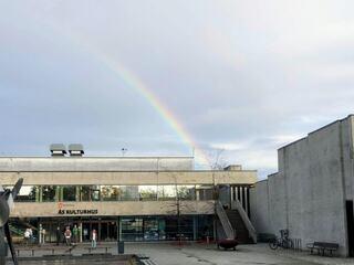 Bilde av Ås kulturhus med regnbue over