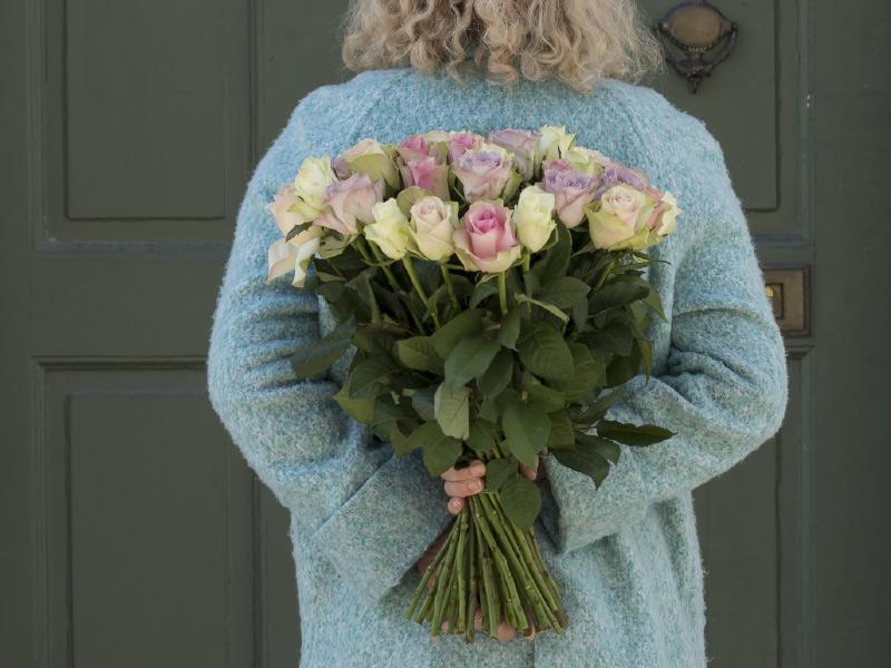 Overrask-noen-du-er-glad-i-med-roser.jpg
