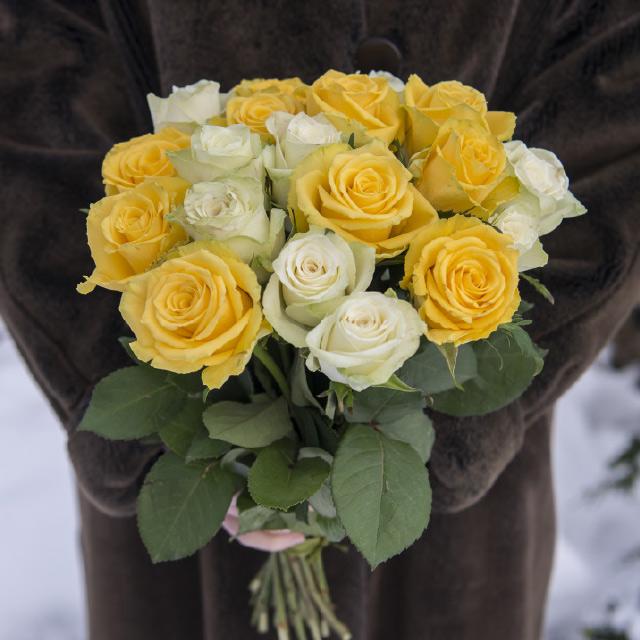 hvite-og-gule-roser-til-paaske.jpg