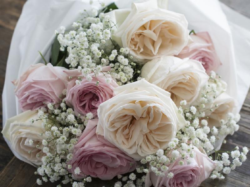 hvite-rosa-duftroser-i-bukett.jpg