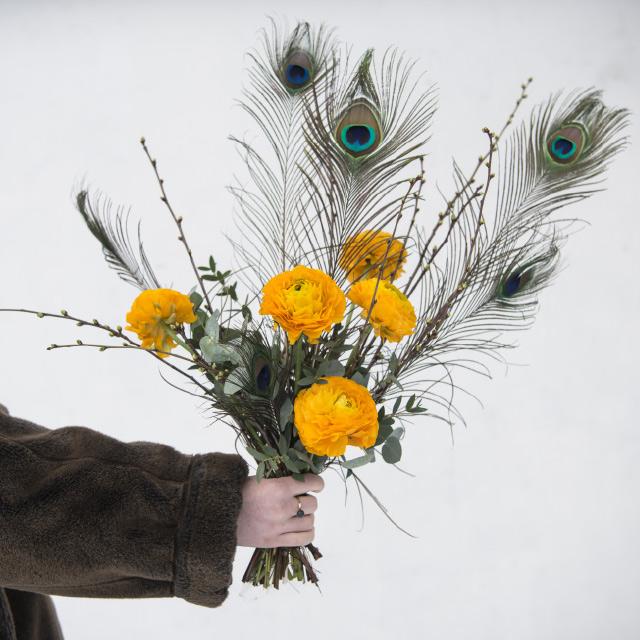 Paafuglfjaer-og-paaskete-ranunkler.jpg