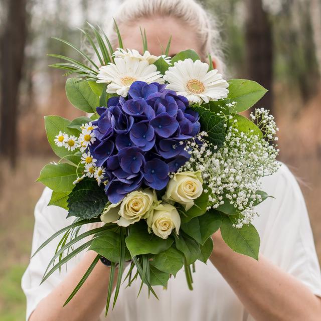 17-mai-oppsatte-blomsterbuketter-med-17-mai-blomster-i-flaggets-farger-3.jpg