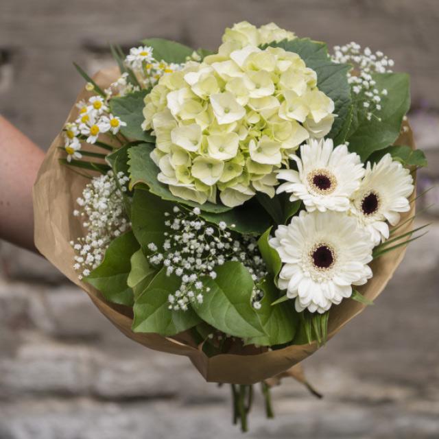 bukett-med-hvite-blomster.jpg