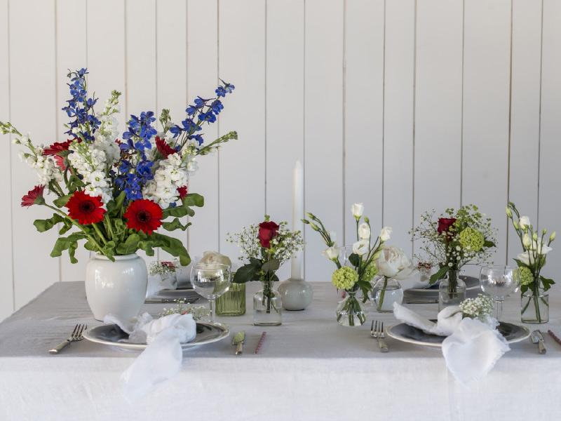 dekk-bordet-med-ulike-blomster-i-ulike-vaser.jpg