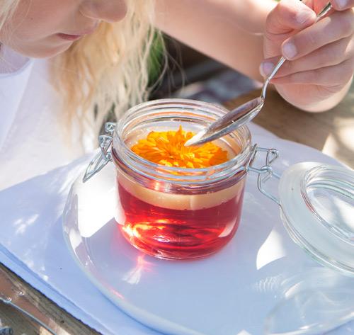 floriss-borddekking-blomster-te-sommer-dessert.jpg
