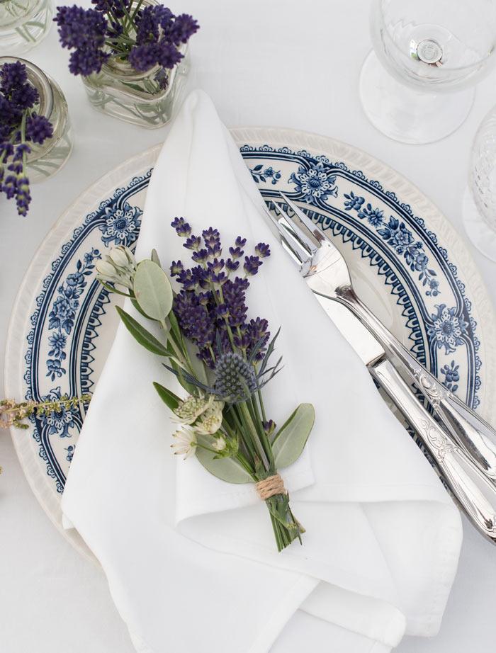 floriss-borddekking-lavendel-dekorasjon-kuvertene.jpg