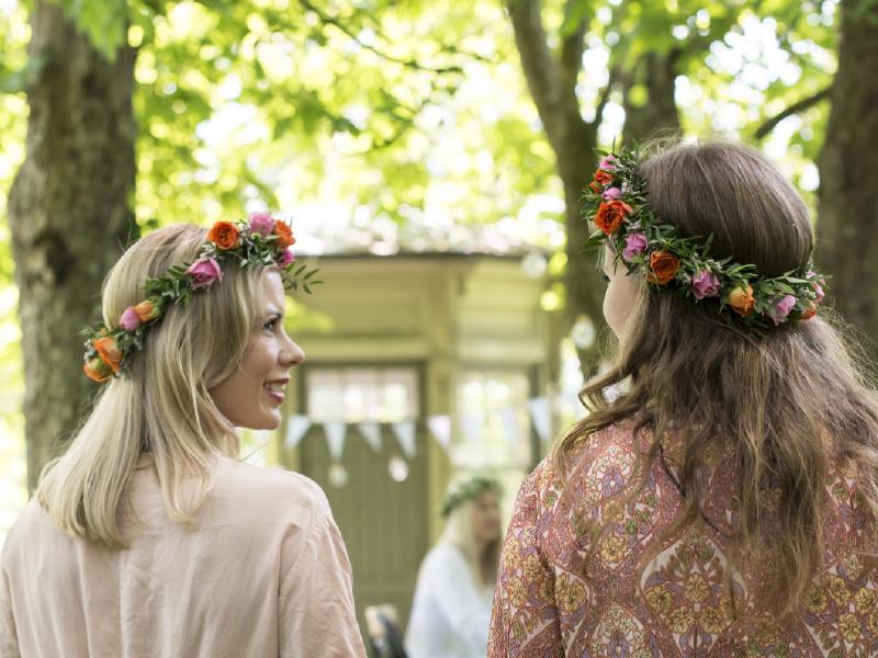 to-jenter-med-blomsterkrans-i-haret.jpg