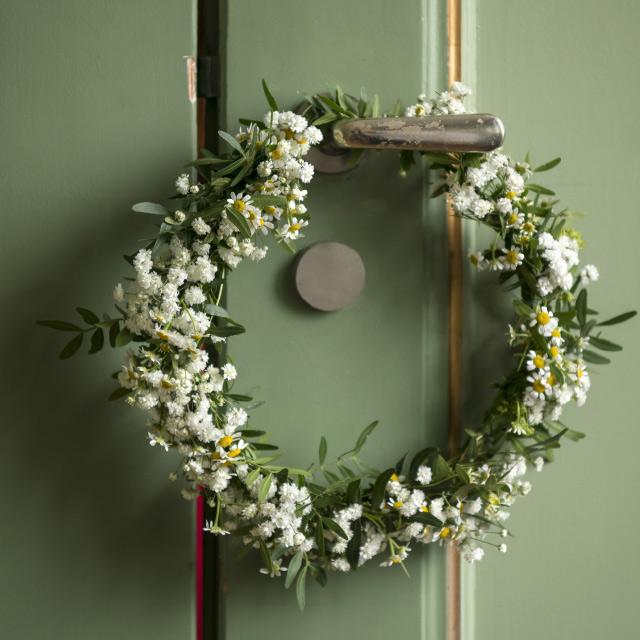 blomtserkrans-pa-dor.jpg