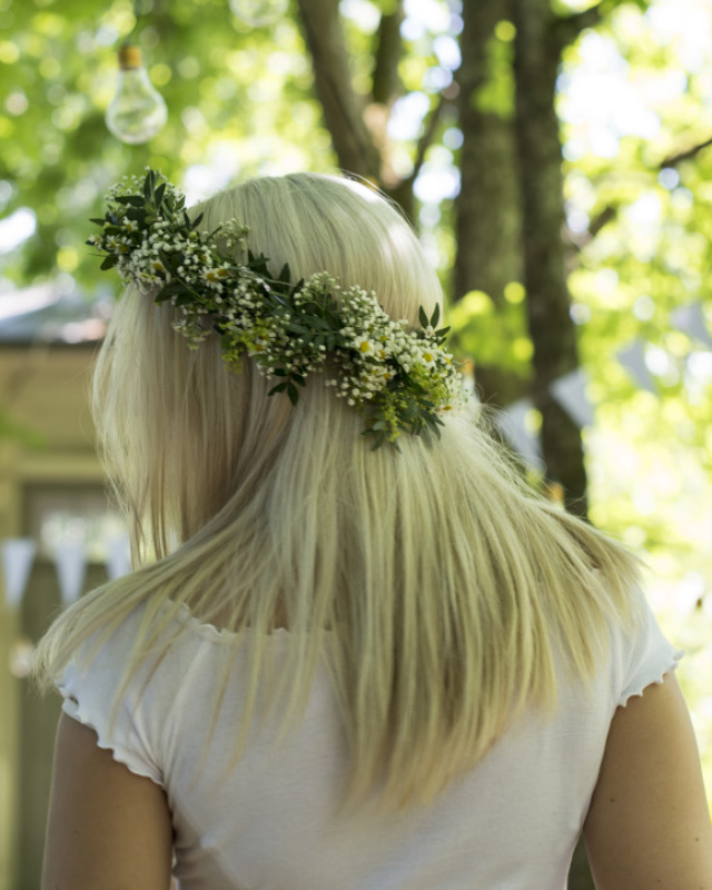 blomsterkrans-med-hvite-blomster.jpg