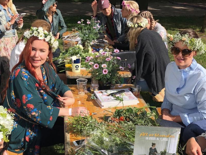 bord-dekket-med-blomster-paa-pip.jpg