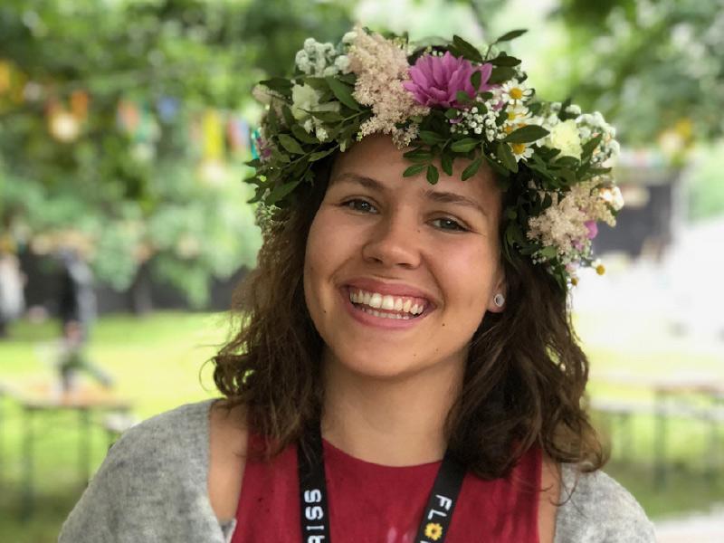 glad-jente-med-blomsterkrans.jpg