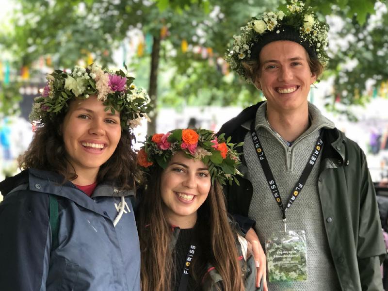 3-glade-mennesker-paa-pip-festival.jpg
