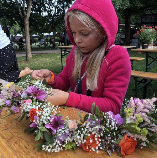 ung-jente-lager-blomsterkrans.jpg
