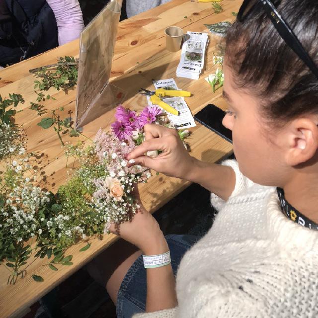 DIY-blomsterkrans-paa-festival.jpg