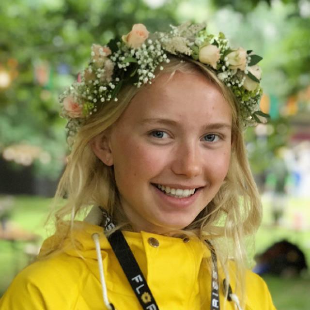 jente-i-gul-jakke-med-blomsterkrans.jpg