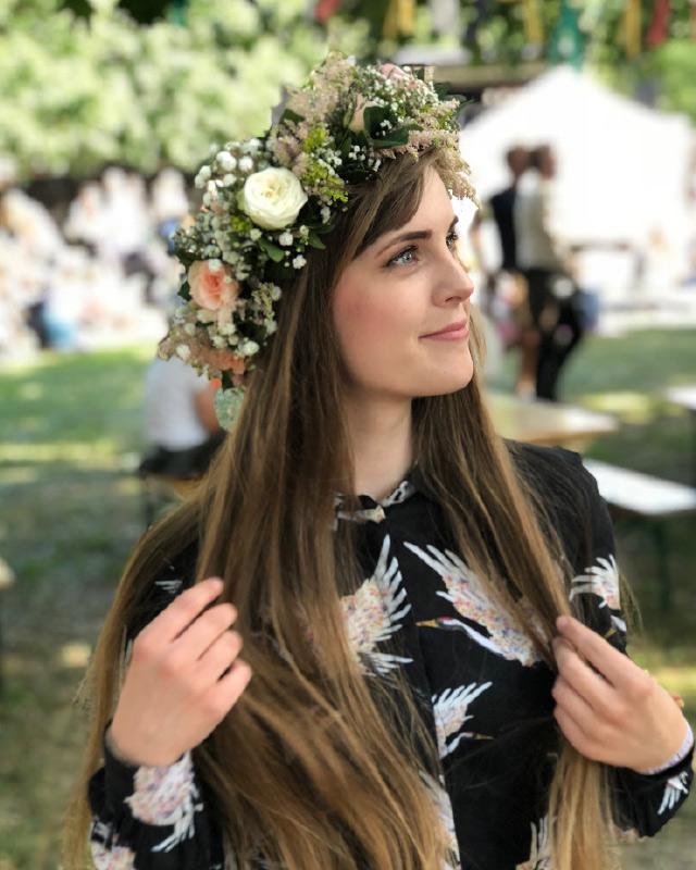 jente-med-selvlaget-blomstekrans.jpg