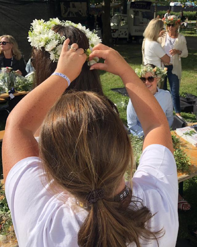 2-jenter-lager-blomsterkrans.jpg