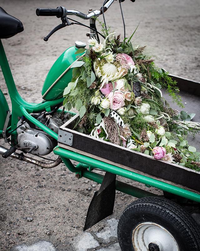gammel-moped-med-brudebukett.jpg