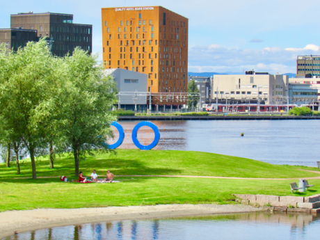 Med øye for Drammen. Quality Hotel River Station i bakgrunnen. Foto: Torbjørn Vinje