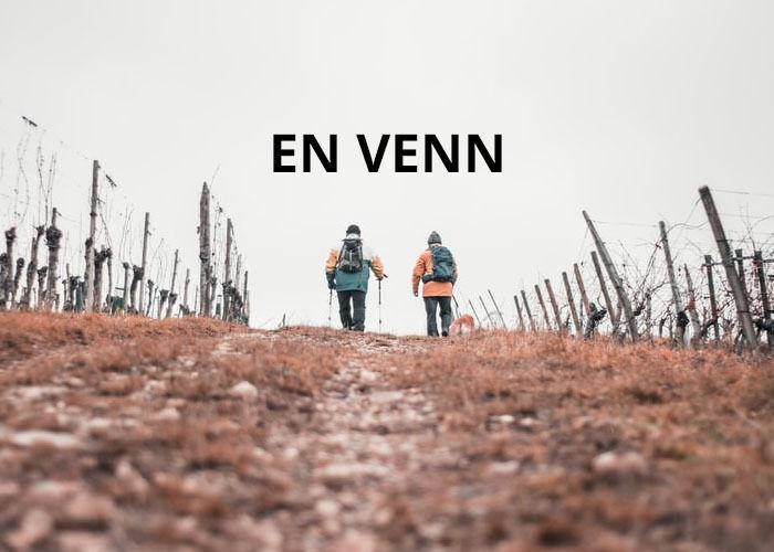 Illustrasjonsfoto med to personer som er ute og går tur. Teksten En Venn står på himmelen.