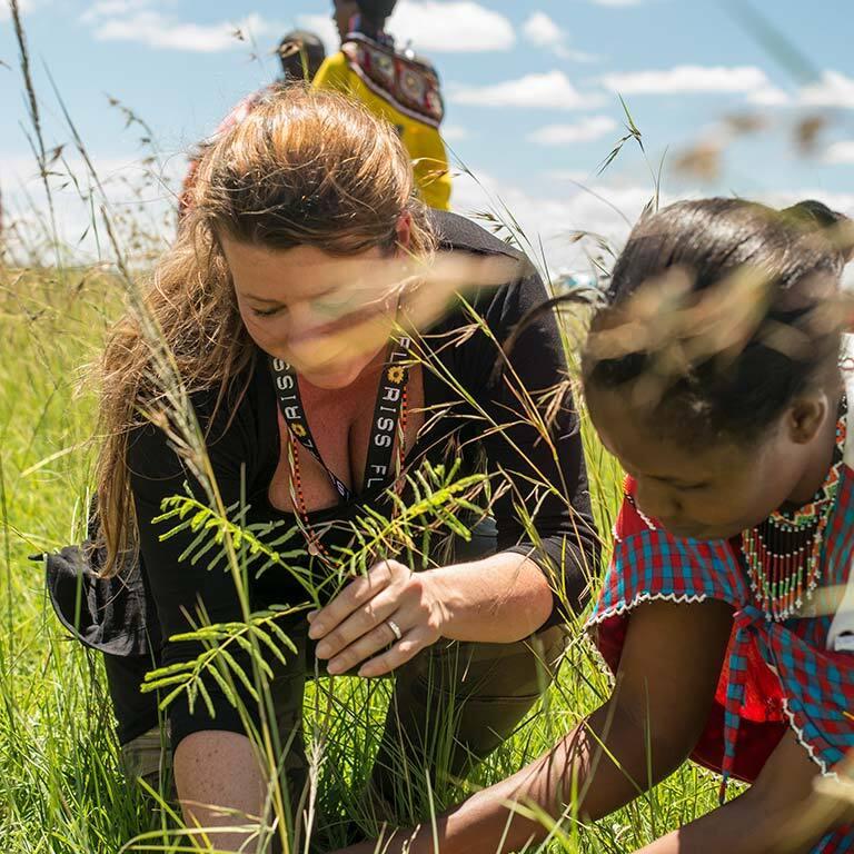 treplanting-i-kenya-masaikvinne-og-marianne-planter.jpg