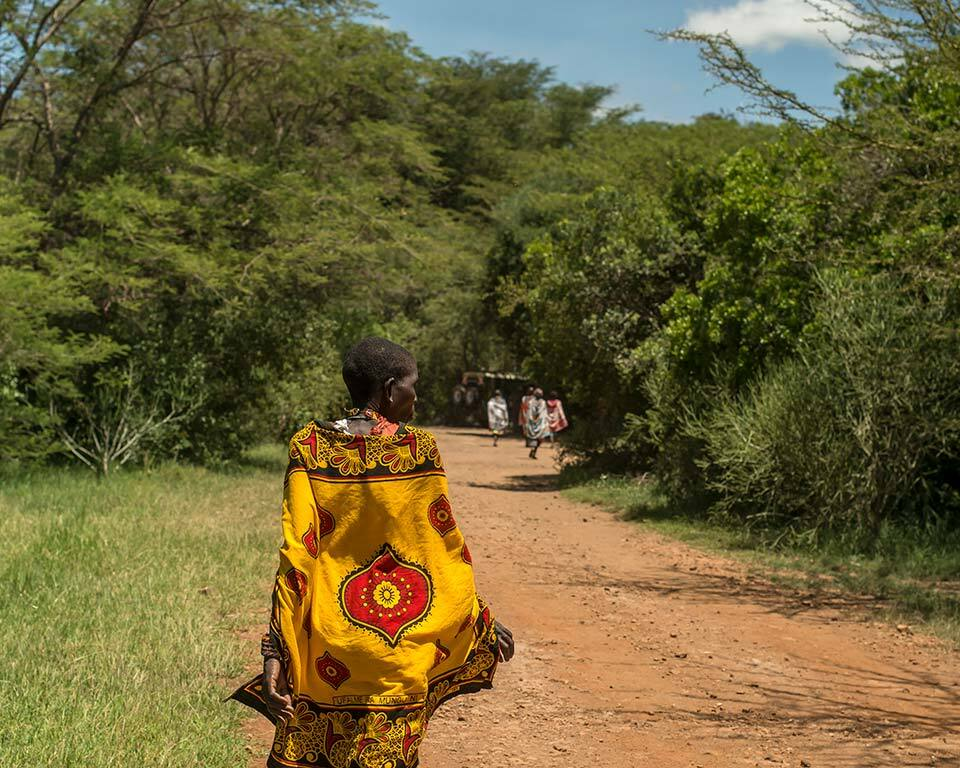 treplanting-i-kenya-masaikvinner-paa-veien.jpg