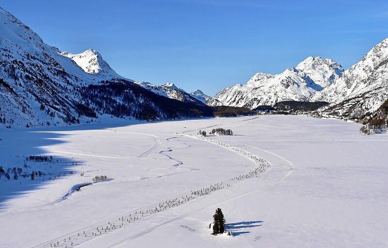 SILVAPLANA, 8MAR15 - Flugaufnahme des langgezogenen Laeuferfeldes auf der Marathon-Strecke zwischen Maloja und St. Moritz waehrend dem 47. Engadin Skimarathon mit ueber 13