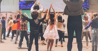 Barn som danser i gruppe