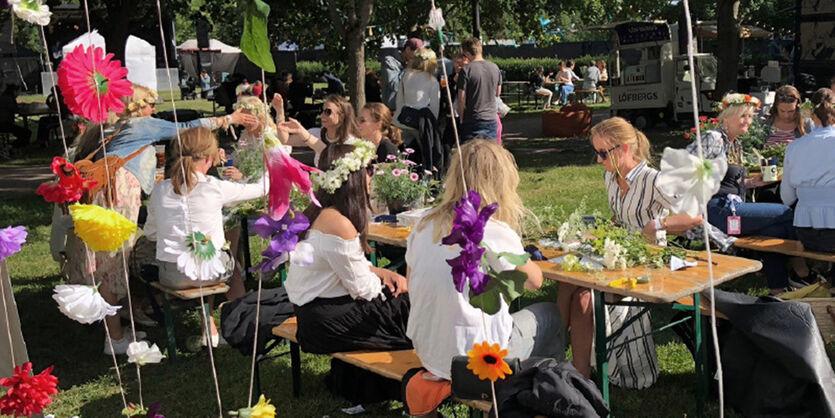 Å binde blomsterkrans på festival