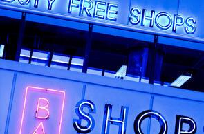 enseignes lumineuses de duty free et bar