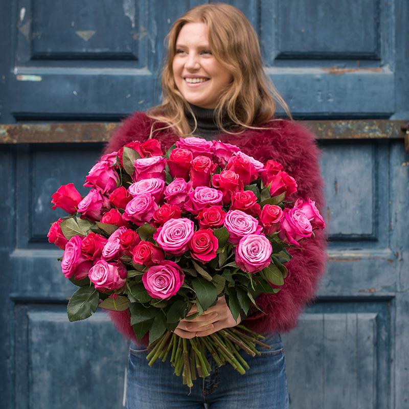 roser-i-alle-farger-og-fasonger-roser-bukett-dame-holder.jpg