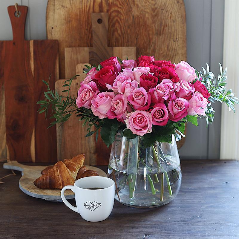 roser-i-alle-farger-og-fasonger-roser-i-glassvase.jpg