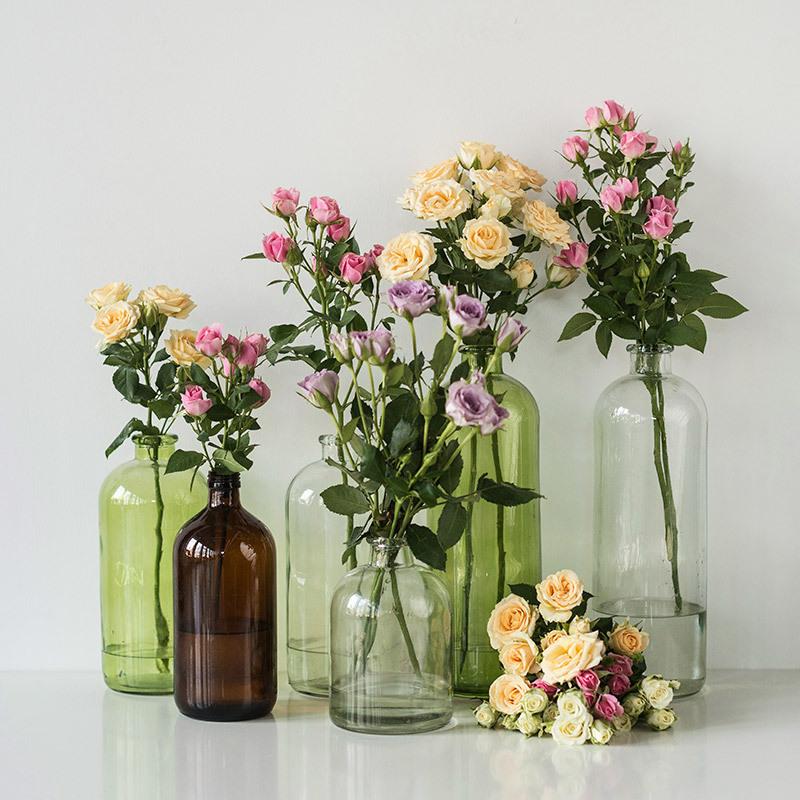 roser-i-alle-farger-og-fasonger-grenroser-i-glassvaser-flasker.jpg