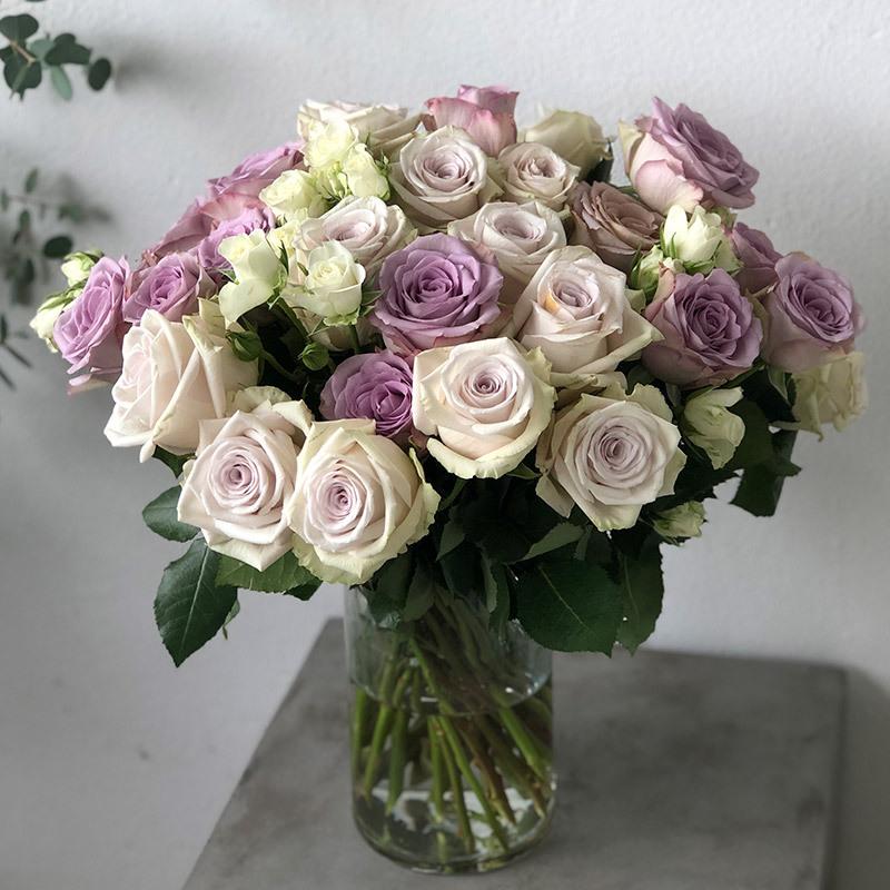 roser-i-alle-farger-og-fasonger-jubileumsroser-i-glassvase.jpg