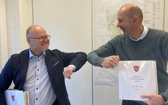 Ordfører Ola Nordal og daglig leder i Metacon Øyvind Bergersen var tilfreds med å signere kontrakten for bygging av ny flerbrukshall.