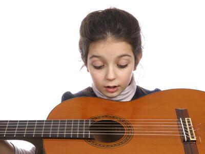Jente med gitar ser mothull