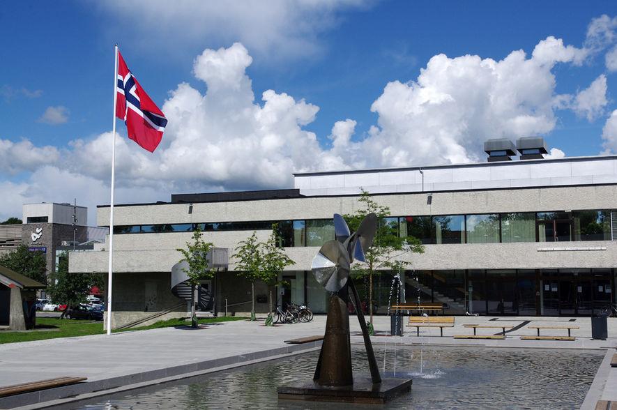 Borggården med flagg