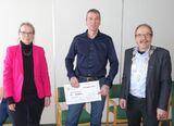 Miljøpris 2020 prisvinner Endre Tobiassen i midten med kommunedirektør Merete Hessen til venstre og ordfører Torbjørn Larsen til høyre