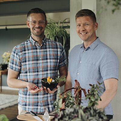 Bildet av Anders Røyneberg og Erik Schjerven. De kommer til Gran bibliotek  med foredraget Plantelykke.