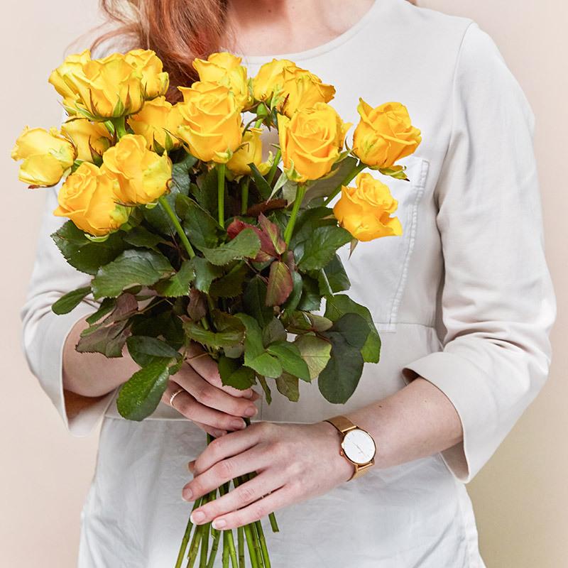 floriss-kundeklubb-rosekort-dame-holder-gul-bukett-roser.jpg