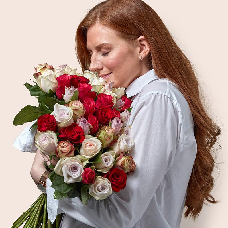 floriss-kundeklubb-rosekort-dame-lukter-paa-roser-bukett-roed-hvit-rosa.jpg