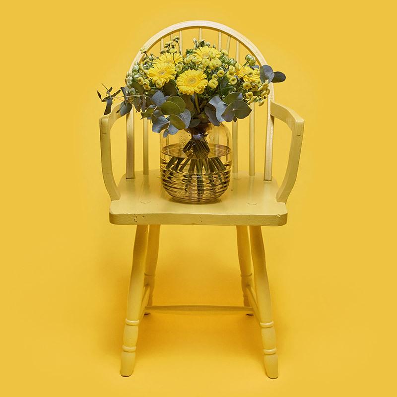 floriss-fordel-bukett-i-vase-paa-stol.jpg
